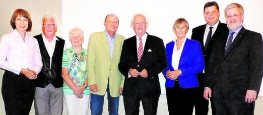 Gratulanten und Vorst�ndler (v.l.): Barbara Woltmann, Uwe Niemeier, Gertrud van Mark, Heinz Steguweit, Otto Wulff, Heidi Exner, Jens Nacke und Stephan Albani.