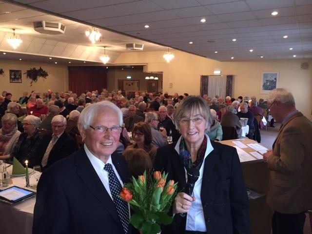 JDie stellvertr. Bundesvorsitzende und Kreisvorsitzende Heidi Exner gratulierte  J. Hinrichs zu seiner Wahl.Foto: Senioren Union