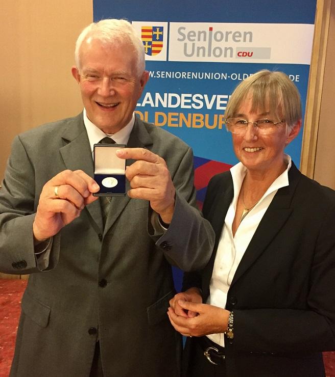 Die stellvertetende Bundesvorsitzende und neue Landesvorsitzende Heidi Exner zeichnete ihren Vorgänger im Amt Egon Müller mit der Konrad-Adenauer-Medaille aus. Foto: Holtvogt